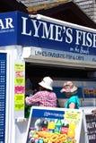 Kunder på Lyme Regis Fish Shop royaltyfri fotografi