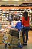 Kunder shoppar för böcker i den Changi flygplatsen, Singapore Royaltyfria Bilder