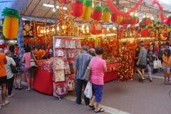 Kunder shoppar för kinesiska prydnader för det nya året som visas i en synd Arkivfoton