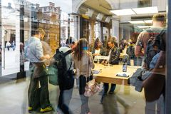 Kunder som beundrar den nya Apple iPhonen 6 Royaltyfria Foton