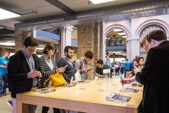 Kunder som beundrar den nya Apple iPhonen 6 Arkivfoto