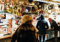 Kunder som beundrar marke för julpyntFrankrike jul Arkivbild
