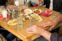 Kunder som dricker ouzo i Larissa, Grekland royaltyfri foto