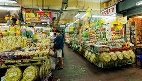 Kunder som köper exotiska produkter på den stora marknaden med kryddor, kött, nya grönsaker och sötsaker Fotografering för Bildbyråer