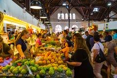 Kunder som köper jordbruksprodukter i marknad arkivbild