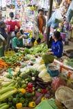 Kunder som köpslår pris på Siem Reap Cambodja den våta marknaden Fotografering för Bildbyråer