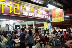 Kunder som queeing på synden Kee Bah Kut Teh på Kota Kinabalu royaltyfri fotografi