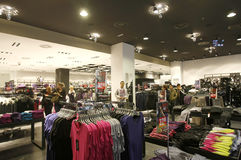 Kunder som shoppar i ny Yorker lagerinterior Arkivbild