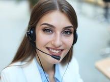 Kundinstützbetreiber mit Kopfhörer und dem Lächeln lizenzfreie stockfotografie