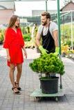 Kundtjänst och leveransen i blommorna shoppar Royaltyfri Foto