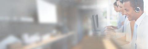 Kundtjänstassistenter med hörlurar med mikrofon med ljus kontorsbakgrund royaltyfri foto