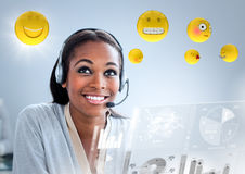Kundtjänstkvinna med emojis och signalljus mot blå bakgrund royaltyfri illustrationer