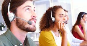 Kundtjänstledare som talar på hörlurar med mikrofon stock video