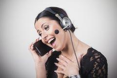 Kundtjänstmedel som talar på hennes personliga telefon arkivbilder