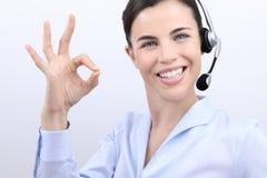 Kundtjänstoperatör som ler kvinnan med hörlurar med mikrofon Arkivbild