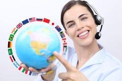 Kundtjänstoperatörskvinna med att le för hörlurar med mikrofon, Arkivbild