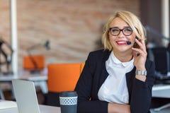 Kundtjänstrepresentant på arbete Härlig ung kvinna i hörlurar med mikrofon som arbetar på datoren Royaltyfria Bilder