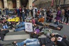 kundutbildningen hjälper upp anti franska glada paris Royaltyfri Fotografi