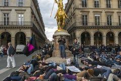 kundutbildningen hjälper upp anti franska glada paris Royaltyfri Foto