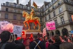 kundutbildningen hjälper upp anti franska glada paris Arkivfoto
