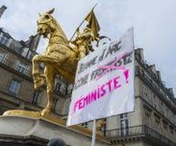 kundutbildningen hjälper upp franska glada paris Arkivfoton