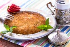 Kunefe, sobremesa turca com café turco Imagens de Stock