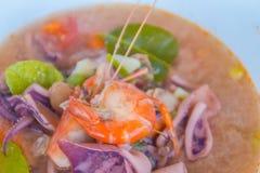 Kung батата Тома, или пряный суп креветки, классический пряный рецепт супа лимонного сорга и креветки включая кальмара и другие м стоковые изображения rf