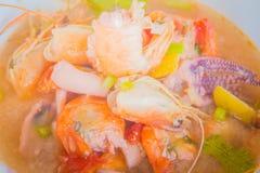 Kung батата Тома, или пряный суп креветки, классический пряный рецепт супа лимонного сорга и креветки включая кальмара и другие м стоковое изображение rf