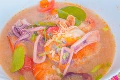 Kung батата Тома, или пряный суп креветки, классический пряный рецепт супа лимонного сорга и креветки включая кальмара и другие м стоковые фото