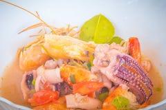 Kung батата Тома, или пряный суп креветки, классический пряный рецепт супа лимонного сорга и креветки включая кальмара и другие м стоковые изображения