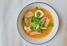 Kung Том Yum горячий и пряный кислый суп с травой, тайской местной едой стоковые фото