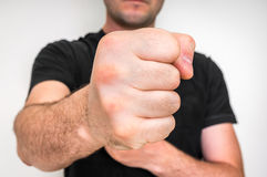 Kung fu战斗机用强的手和握紧拳头 免版税库存图片