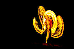 Kung fu火展示在海滩的黑暗夜 库存照片