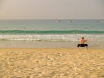 Kung-fu à une plage photographie stock libre de droits