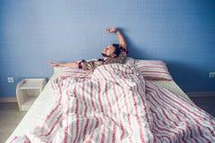 Kung-fu praticando do homem na cama a manhã Fotografia de Stock