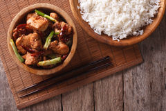 Kung Pao在碗关闭的鸡内圆角 水平的顶视图 图库摄影