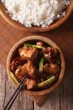 Kung Pao Huhn in einem Schüsselabschluß hoch und im Reis Vertikale Draufsicht Lizenzfreies Stockfoto