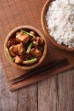 Kung Pao Huhn in einer Schüssel und in einem Reis Vertikale Draufsicht Lizenzfreies Stockfoto