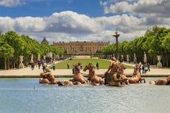 Kunglig aveny i parkera av Versailles Arkivbild