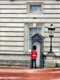 Kunglig behandling för soldat i röd klänning Arkivfoto