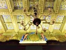 Kunglig belysning, frescoes och guld- detaljer Historia och tjusning arkivfoton