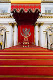 Kunglig biskopsstol i George Great Throne Hall i den statliga hermen Royaltyfri Foto