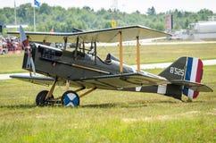 Kunglig flygplanfabrik S E 5 på ett gräsfält Royaltyfri Bild