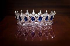Kunglig krona för konung eller drottning Symbol av makt och rikedom Arkivfoton