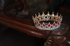 Kunglig krona med röda ädelstenar Rubin granatrött Symbol av makt och myndighet Fotografering för Bildbyråer