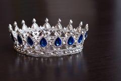 Kunglig krona med safir Rikedomsymbol av makt och framgång royaltyfri bild