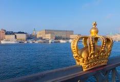 Kunglig krona och Stockholm cityscape Arkivfoton