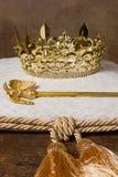 Kunglig krona på kudde Arkivfoto