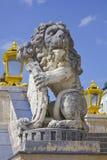 Kunglig lejonstaty mot himlen Arkivfoto