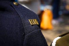 Kunglig marin- argemässing R M-skuldratitel Royaltyfri Fotografi